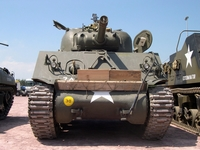 sherman m4 105 mm jeepest normandie 2004
